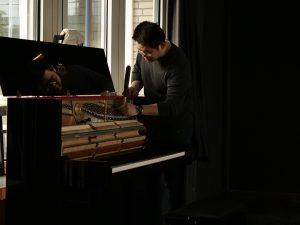 Herr Lin stimmt unser Kawai-Klavier