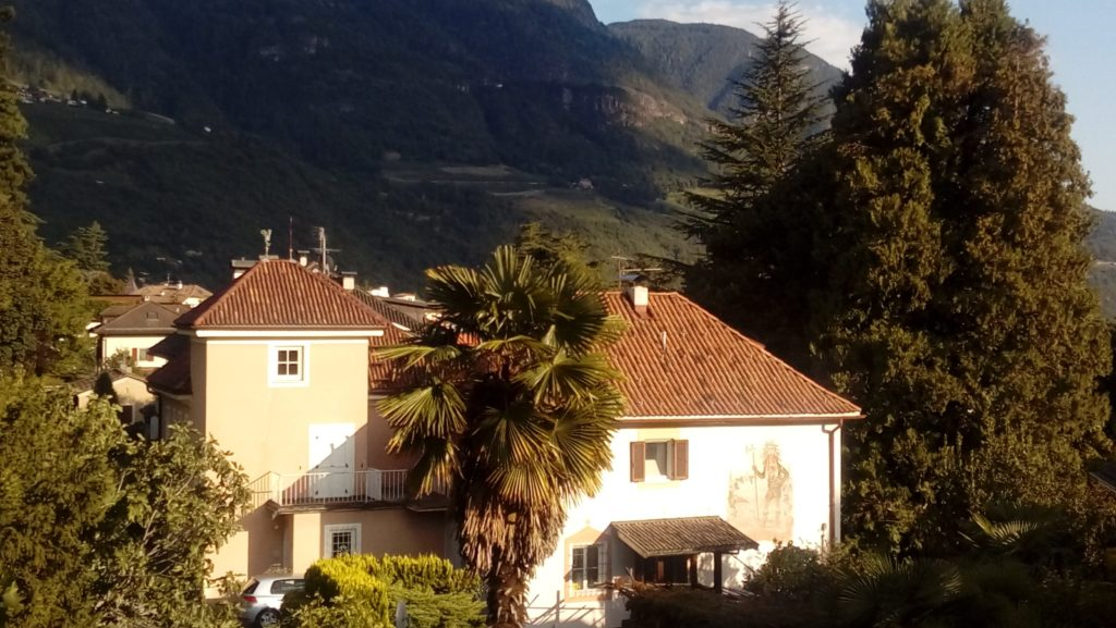 Haus in der Natur umgeben von Berglandschaften