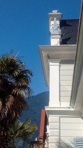 Blick von der Terrasse über Palmen hinweg in Richtung Südtiroler Berge