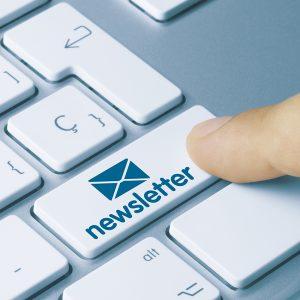 PC Tastarur. Ein Finger zeigt auf eine Taste Newsletter.