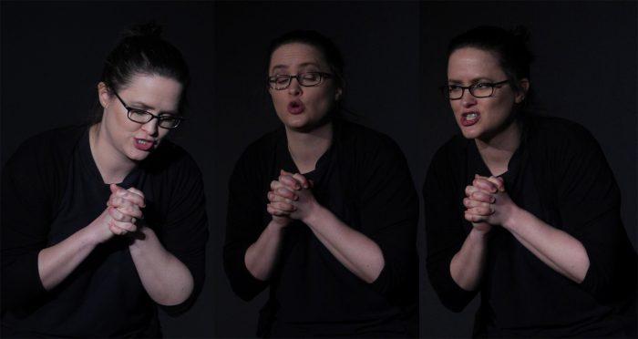 Eine Teilnehmerin des Schauspielunterrichts übt Gesichtsausdrücke