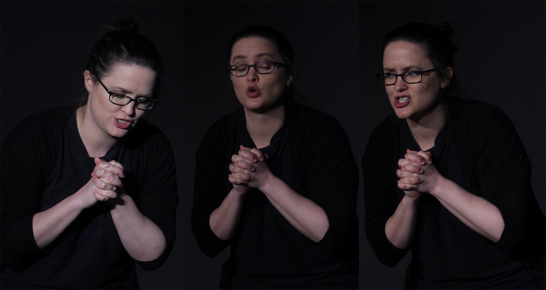 Dinah zeigt unterschiedliche Gesichtsausdrücke. Sie trägt schwarze Übungskleidung und eine Brille.