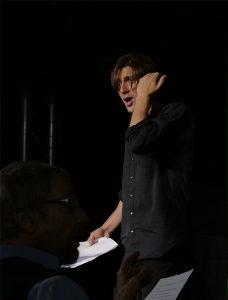 Nikolai Karrasch, Proben von Wandlung21. Er stht mir Textseiten auf der Bühne und probt seine Rolle.