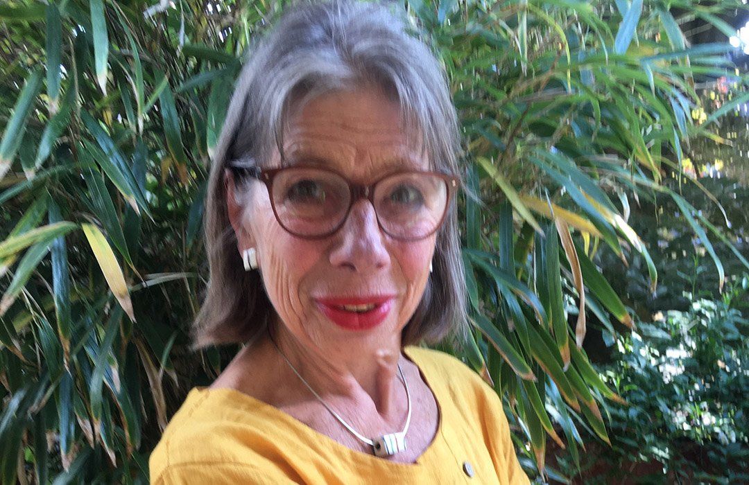 Barbara Butscher steht in Ihrem Garten vor einem Bambushain.