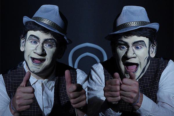 Das Gesciht des Kaspar ist wie ein Männergesicht aus einem Comic geschminkt. Der Spieler zeigt zwei ausdrucksstarke Gesichter
