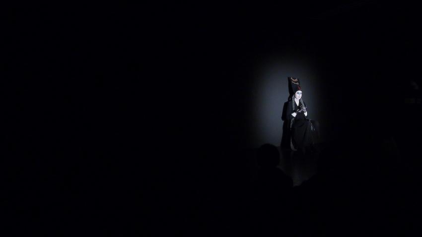Frau in Kostüm beim Schauspielunterricht im Theater Labor