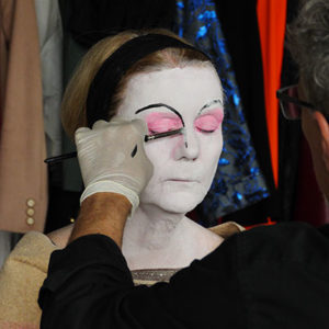 Schauspielerin wird im Theater Labor vor ihrem Auftritt geschminkt
