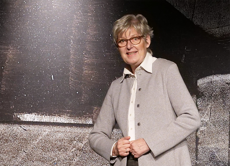 Doris Horn steht auf der Bühne vor dem Bühnenbild