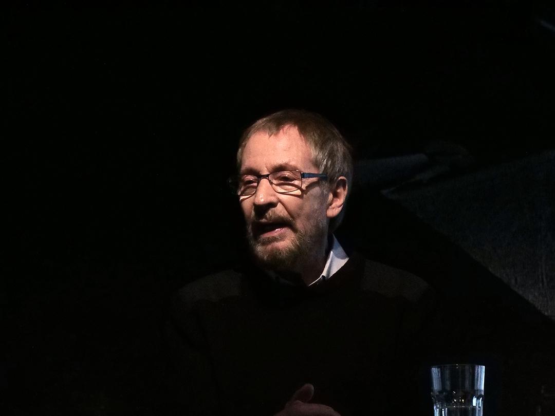 Wolfgang Keuter bei der Eröffnung der Projektes Wandlung21. Er steht an einem Stehpult auf der Bühne.