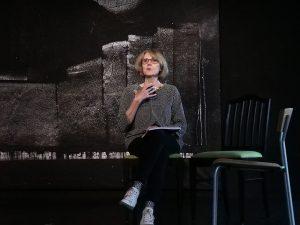 Sigrid Abendroth liest eine Textauswahl auf der Bühne vor.