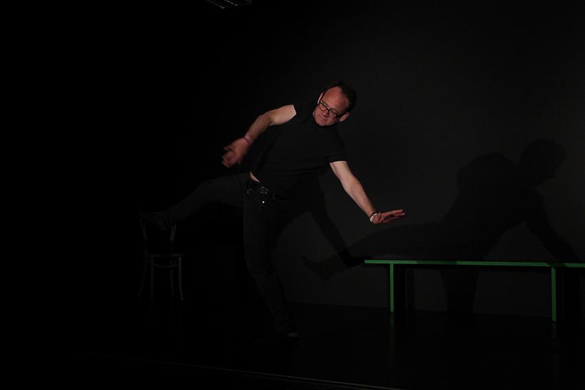 Schauspielunterricht im TheaterLabor TraumGesicht: Peter in schrwarzer Übungskleidung auf der Probebühne übt starke Hand- und Körpergebärden