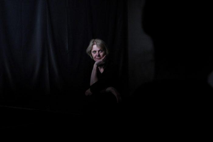 Die Spielerin Sigrid schaut inersssiert auf die schwarze Probebühne.