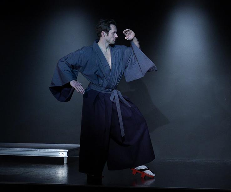 Hisashi auf seinem Weg ins ungewisse. Er trägt einen blauen Kimono und eine dunkelblaue Hakama - japansiche Kulthose.