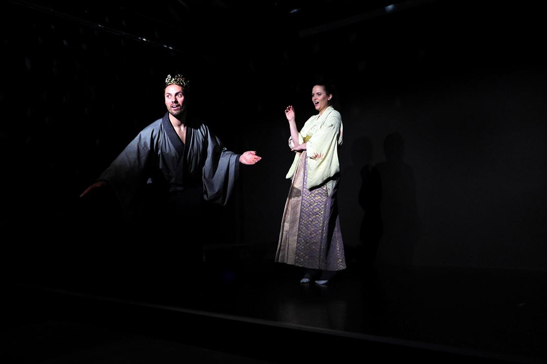 Links, Hisashi im graublauen Kimono und einer goldenen Krone. Er hat ein überraschtes Gesicht. Rechts hinter ihm steht Naoko, Sie trägt einen gelblichen Kimono und hat eine abwehrende Handgebärde.