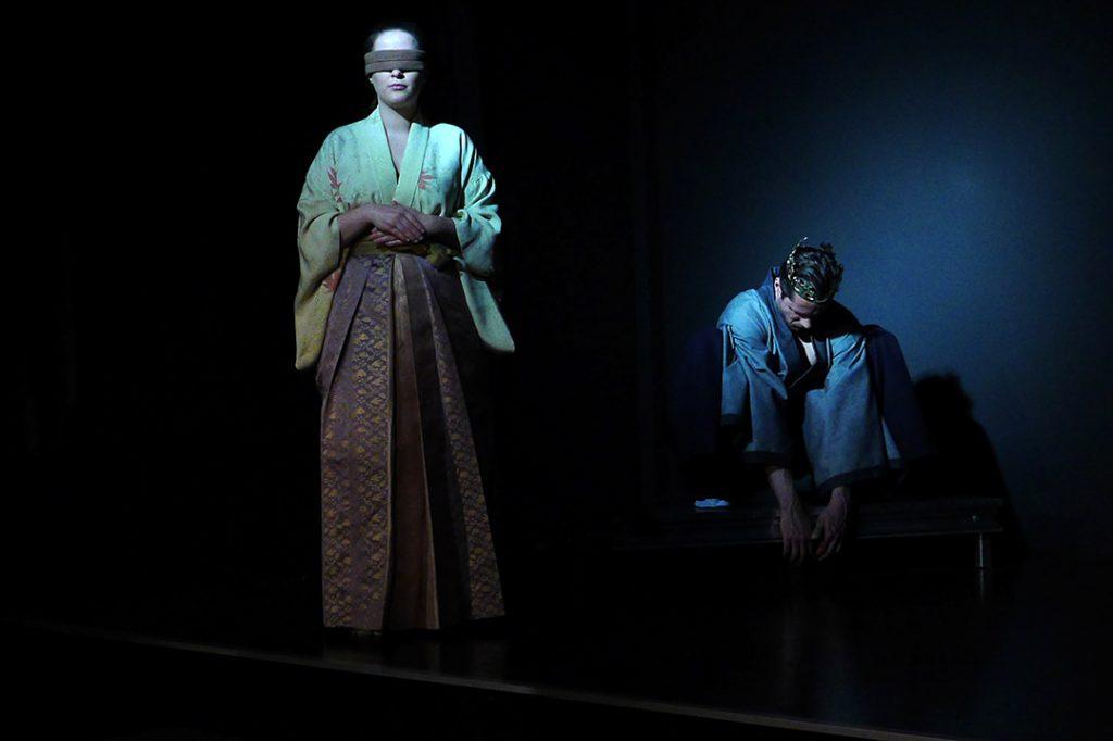Naoko steht vorne links. Sie trägt eine Augenbinde, sie ist blind. Hisashi trägt eine Krone und schläft in der Hocke rechts von ihr. Beide sind in ein blaues Licht getaucht.