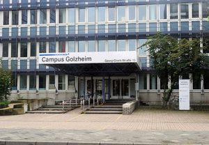 Haupteingang Campus Golzheim mit der Beschilderung vom TheaterLabor TraumGesicht e.V.