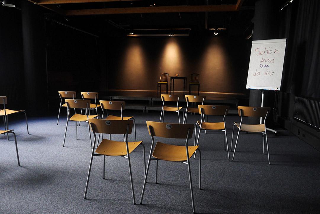 Bühnenraum mit 20 nummeriten Plätzen und entsprechendem Abstand