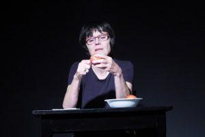 Sigrid Abendroth als Claudia, sie schält und ißt einen Apfel