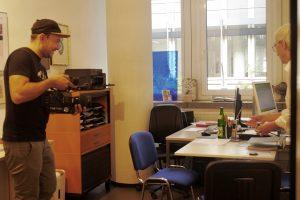 Antje Orentat im Büro. sie wird von einem Kameramann gefilmt