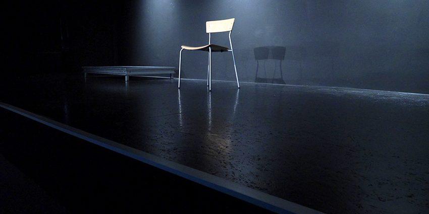 Unsere Bühne auf dem Campus Golzheim. Ein Stuhl steht neben einem Podest und warten darauf, dass das Spiel beginnt.