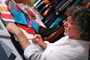 Gianni Sarto beim Entwerfen eines Kimonos in seinem Atelier.