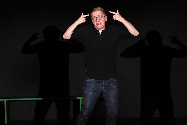 Junger Mann entfaltet sich künstlerisch im Theater Labor