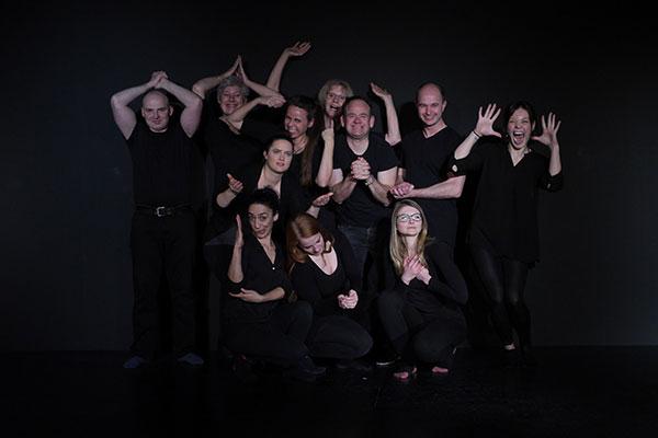 Gruppe Schauspieler macht witzige Posen im Theater Labor