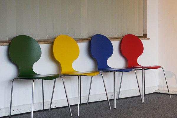 Farbige Stühle in einer Reihe