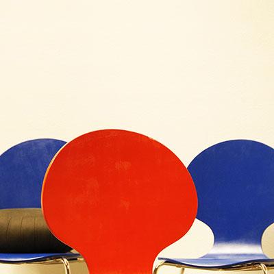 Blaue und Rote Stühle