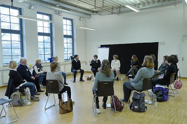 Sitzkreis bei Vortrag im Theater Labor