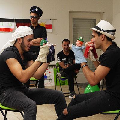 Mehrere Schauspieler während eines Workshops im Theater Labor